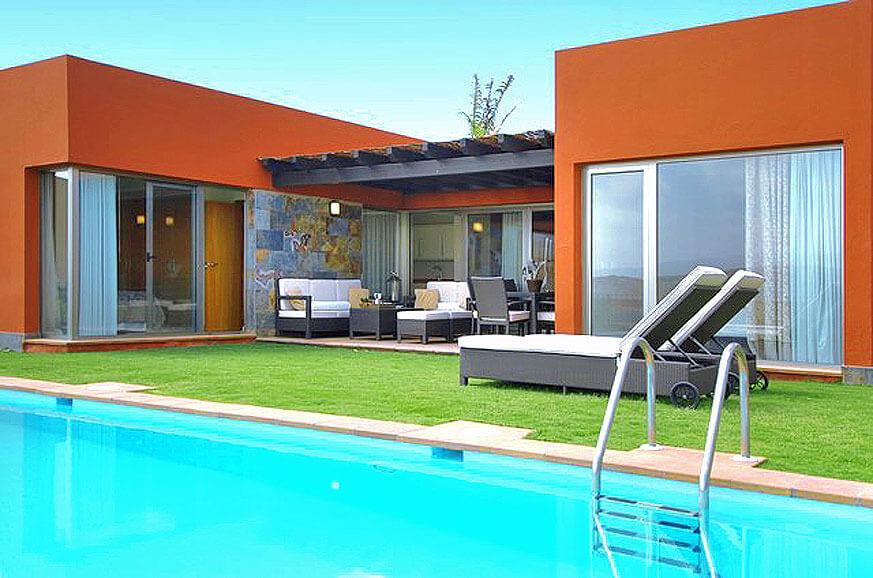 Schöne Villa mit zwei Schlafzimmern und großem Garten mit überdachter Terrasse und beheizbarem Privatpool mit Blick auf den Golfplatz