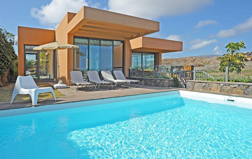 Moderne Villa mit großen Glasfenstern, privatem Pool und Panoramablick auf den Golfplatz von der Terrasse
