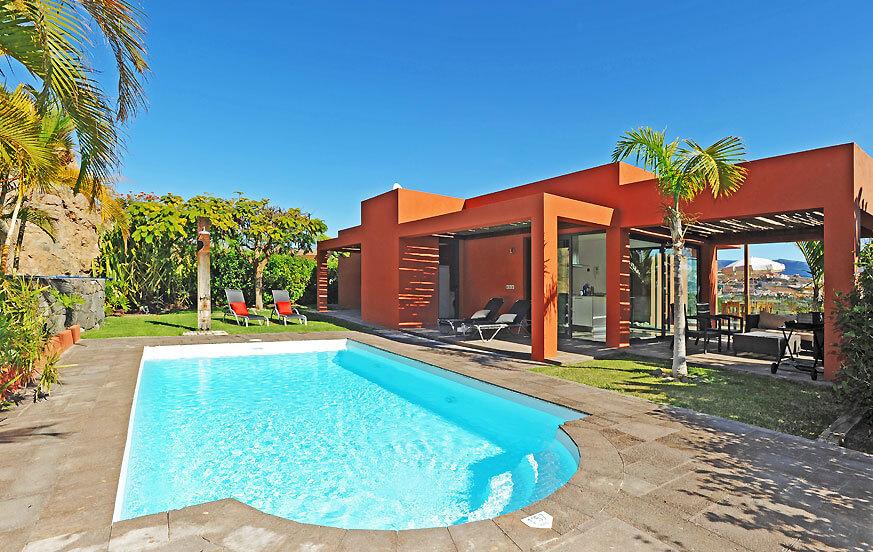 Villa met ruime kamers, rustige tuin, groot prive zwembad en een terras met een fantastisch uitzicht op de golfbaan