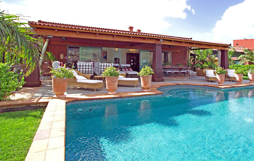Luxurious 3 bedroom villa with beautiful interiors, wide garden, jacuzzi, large saltwater pool and golf course views