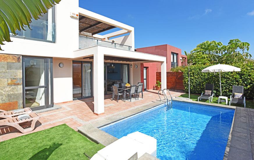 Drie slaapkamer villa met privé-zwembad en een groot terras met uitzicht op de golfbaan en de bergen