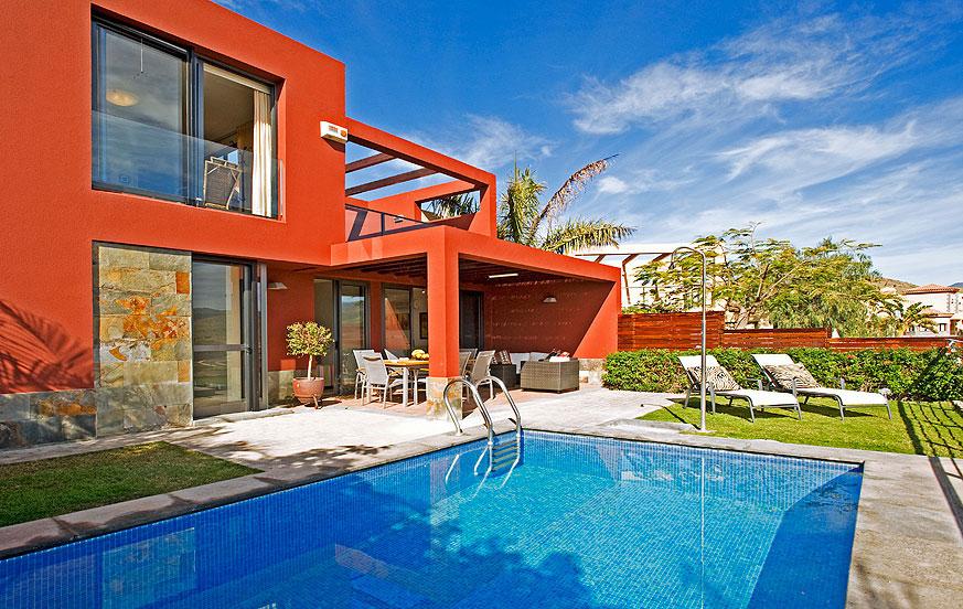 Moderne to-roms villa med stilfullt interiør, et fantastisk bassengområde og en terrasse med panoramautsikt