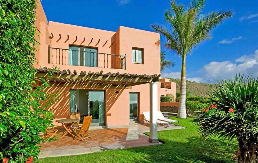 Two bedroom villa to rent with nice garden area, large communal pool and views to the golf course, sea and mountains
