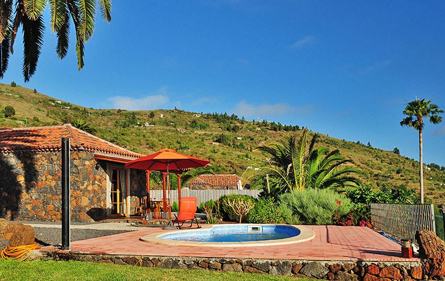 Lomamökki allas Tijarafe rauhallisen loman saarella La Palma
