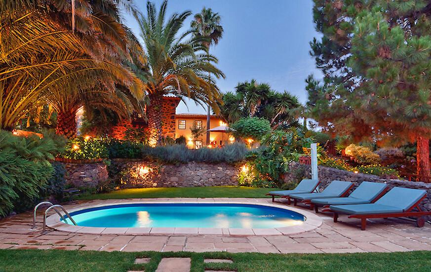 Piękny dworek na nieruchomości o powierzchni dużym ogrodem, sauną i basenem w pięknej okolicy Teror