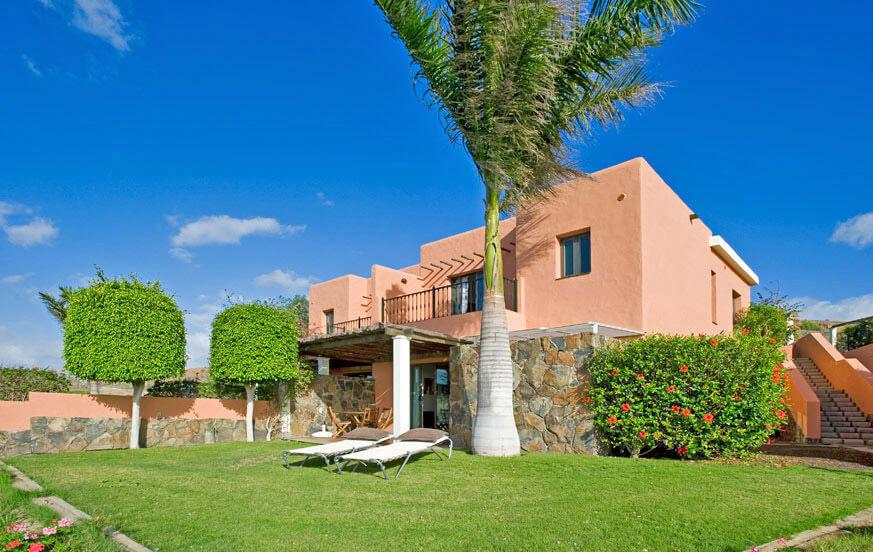 Drie slaapkamer villa met een mooie tuin, een prachtig uitzicht over de golfbaan en een groot gemeenschappelijk zwembad