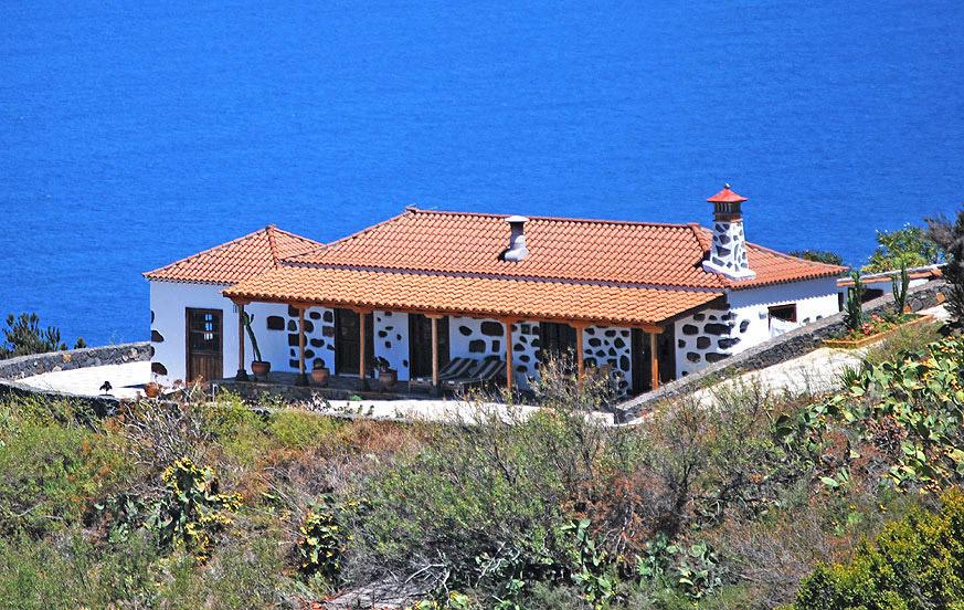 Typiska kanariska hus med panoramautsikt över havet i Garafía