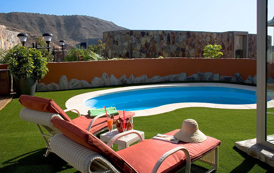Modern holiday villa complex with three bedrooms and nice garden area with private pool, jacuzzi, and views of Tauro's golf course