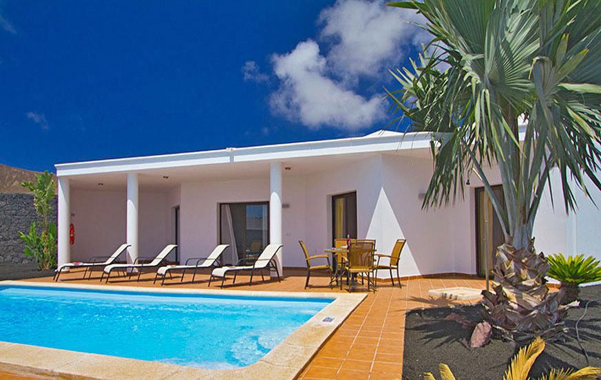 Moderne Häuser mit zwei Schlafzimmern und eigenem Pool in einem Resort in der Nähe von Playa Blanca