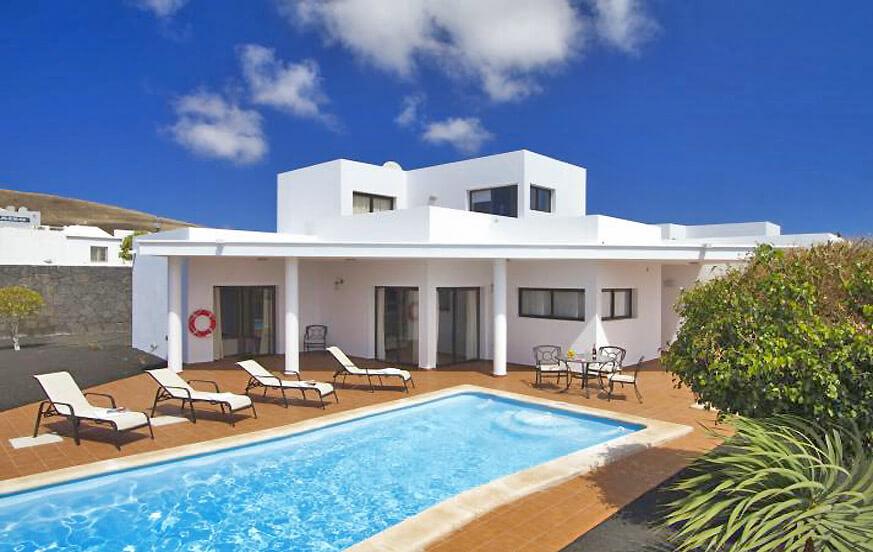 Villen mit 3 Schlafzimmern mit schönem Außenbereich und privatem Pool in einem Komplex am Ortsrand von Playa Blanca