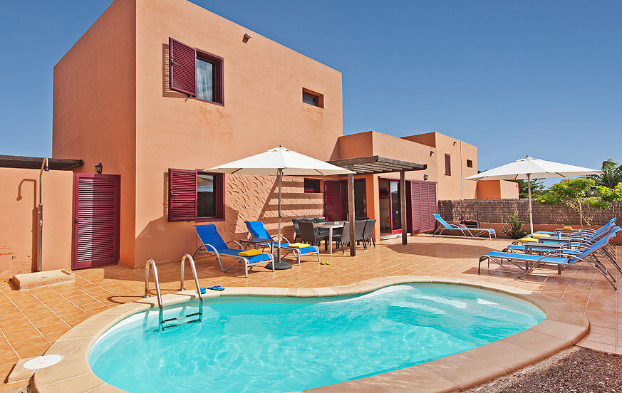 Modern three bedroom villas for rent with private pool and located on the outskirts of Corralejo in the north of the island