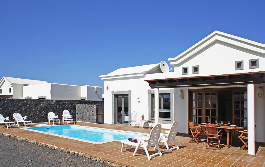 Schönes Ferienhaus mit drei Schlafzimmern und eigenem Pool nahe des Strandes und des Leuchtturms von Pechiguera