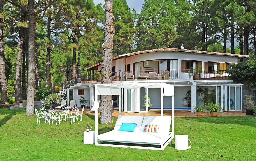 Godt vedlikeholdt eiendom med privat svømmebasseng i en park med tennisbane og furuskog på kanten av Caldera de Taburiente