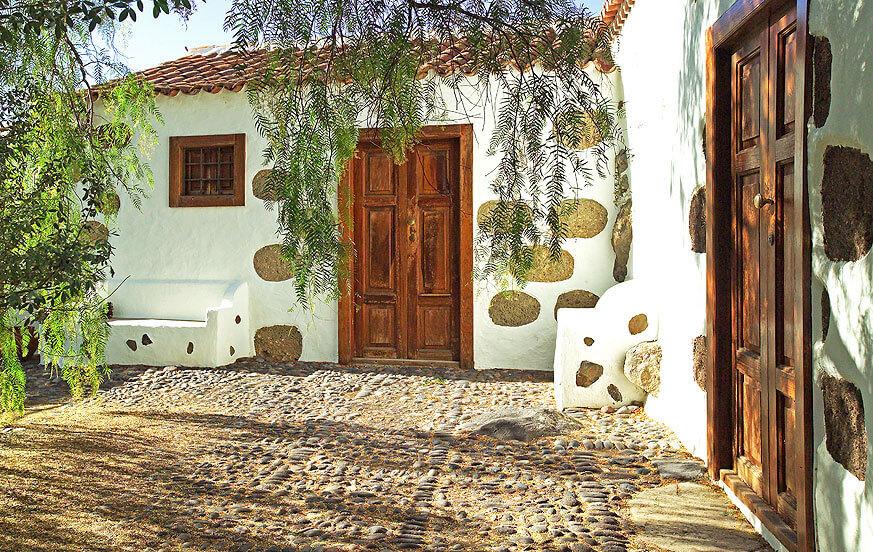 Rustikk hus på en gård med felles svømmebasseng i dalen Agaete