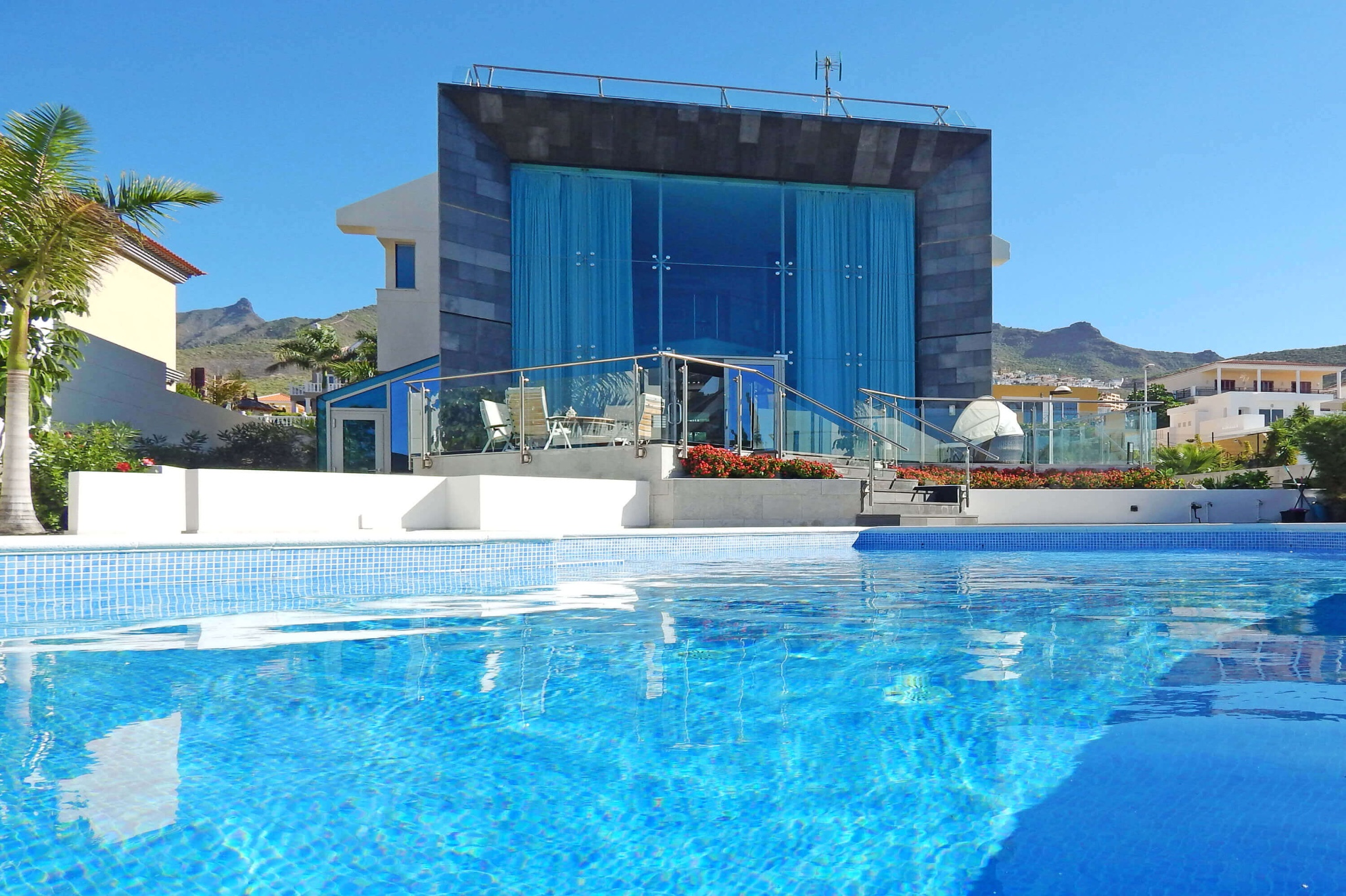 Modern luxury villa with private pool and 5 bedrooms on the Costa Adeje, ideal for a holiday with family and friends in Tenerife