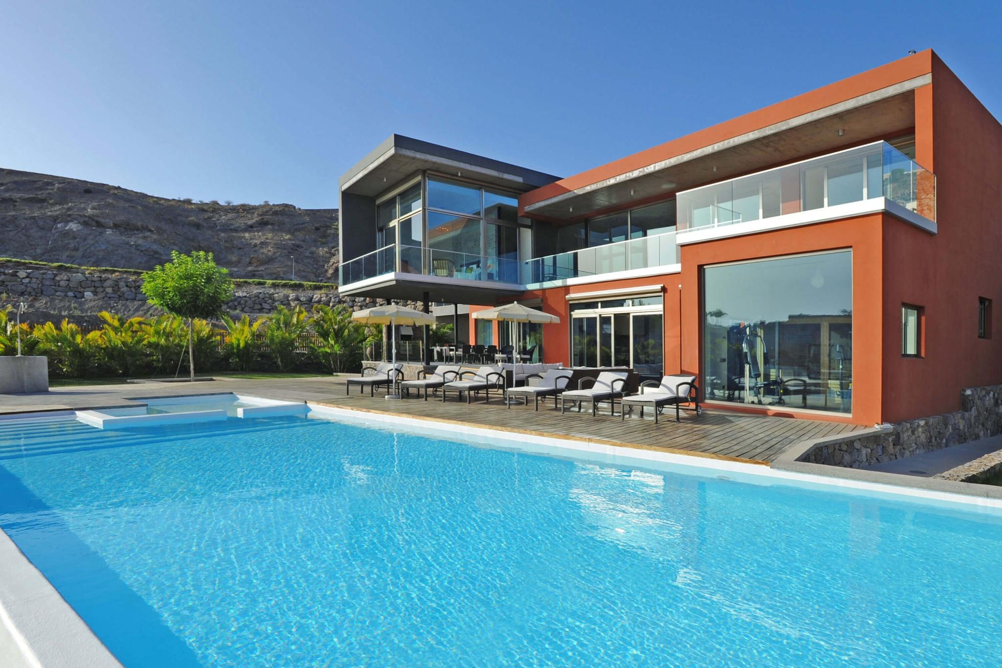 Luxusvilla mit 4 Schlafzimmern direkt am Golfplatz mit schön dekorierten Zimmern, Fitnessraum, Sauna und Schwimmbad