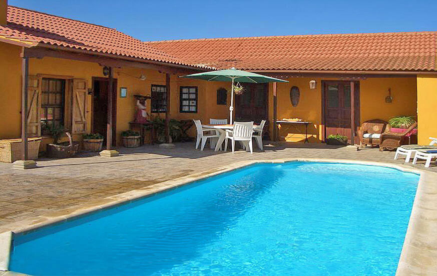 Kaunis talo uima-allas ja suuri puutarha rauhallisella alueella lähellä pääkaupunki Las Palmas