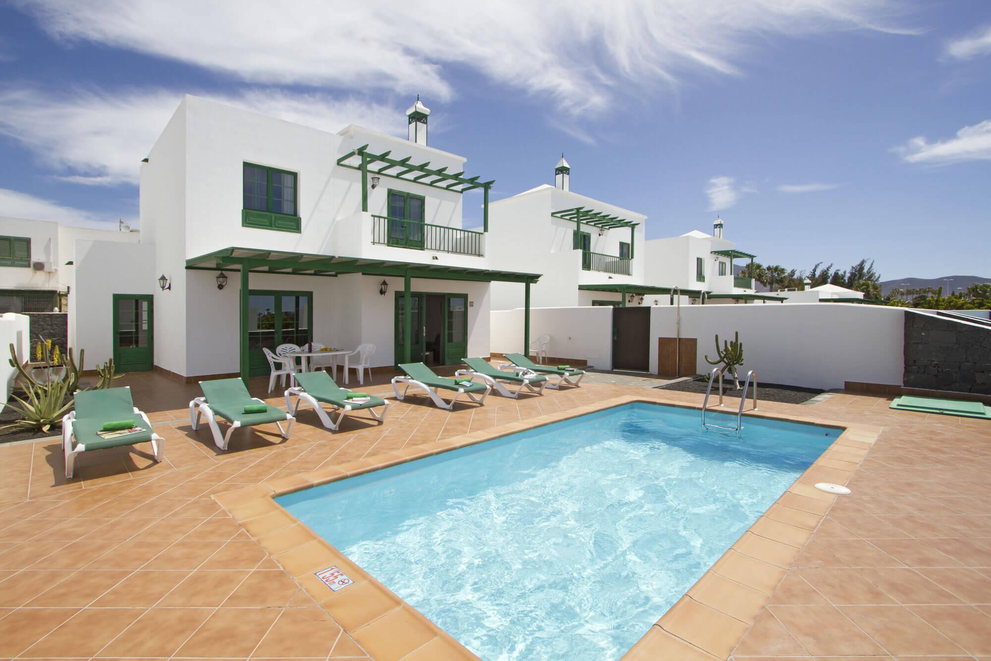 Komplex mit 3-Schlafzimmer-Villen und Privatpool in der Nähe von Playa Blanca.