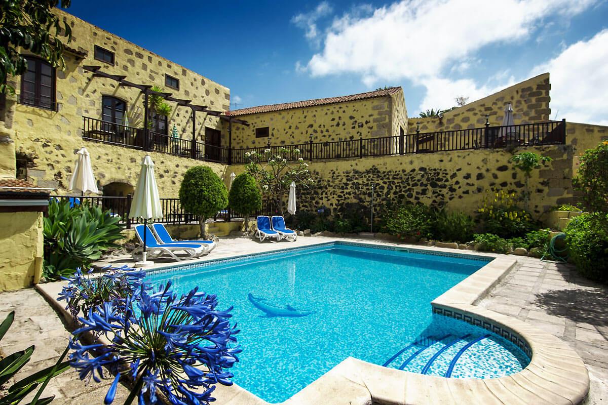 Vakker herregård i en idyllisk hage med stort felles svømmebasseng i den sørlige delen av Tenerife