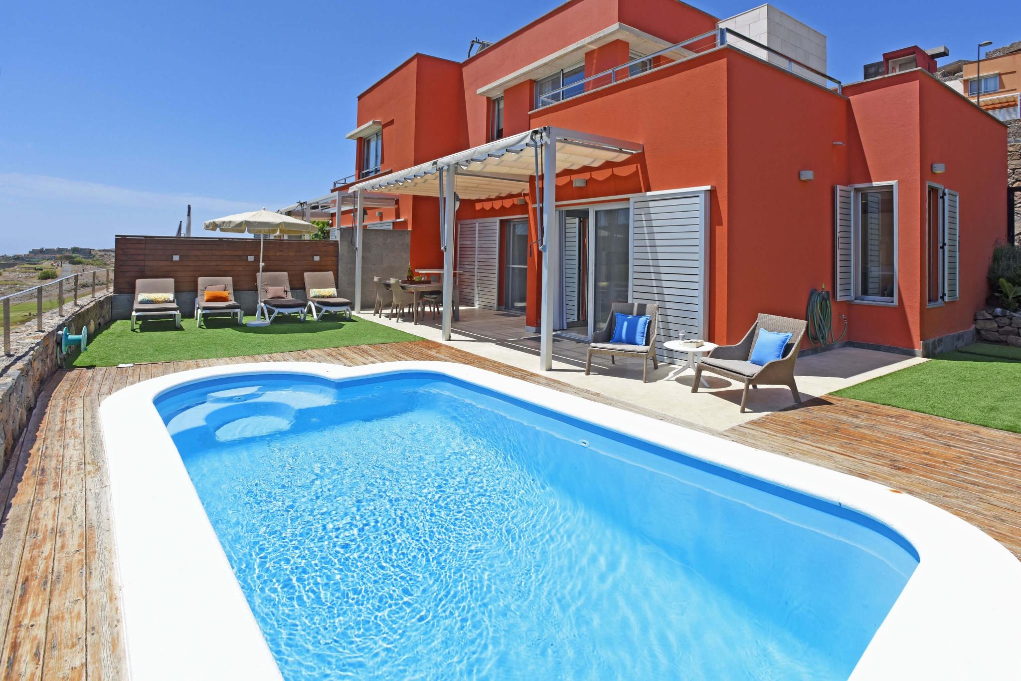 Bright interiør stilfuld villa med opvarmet privat pool og fantastisk udsigt over golfbanen og bjergene