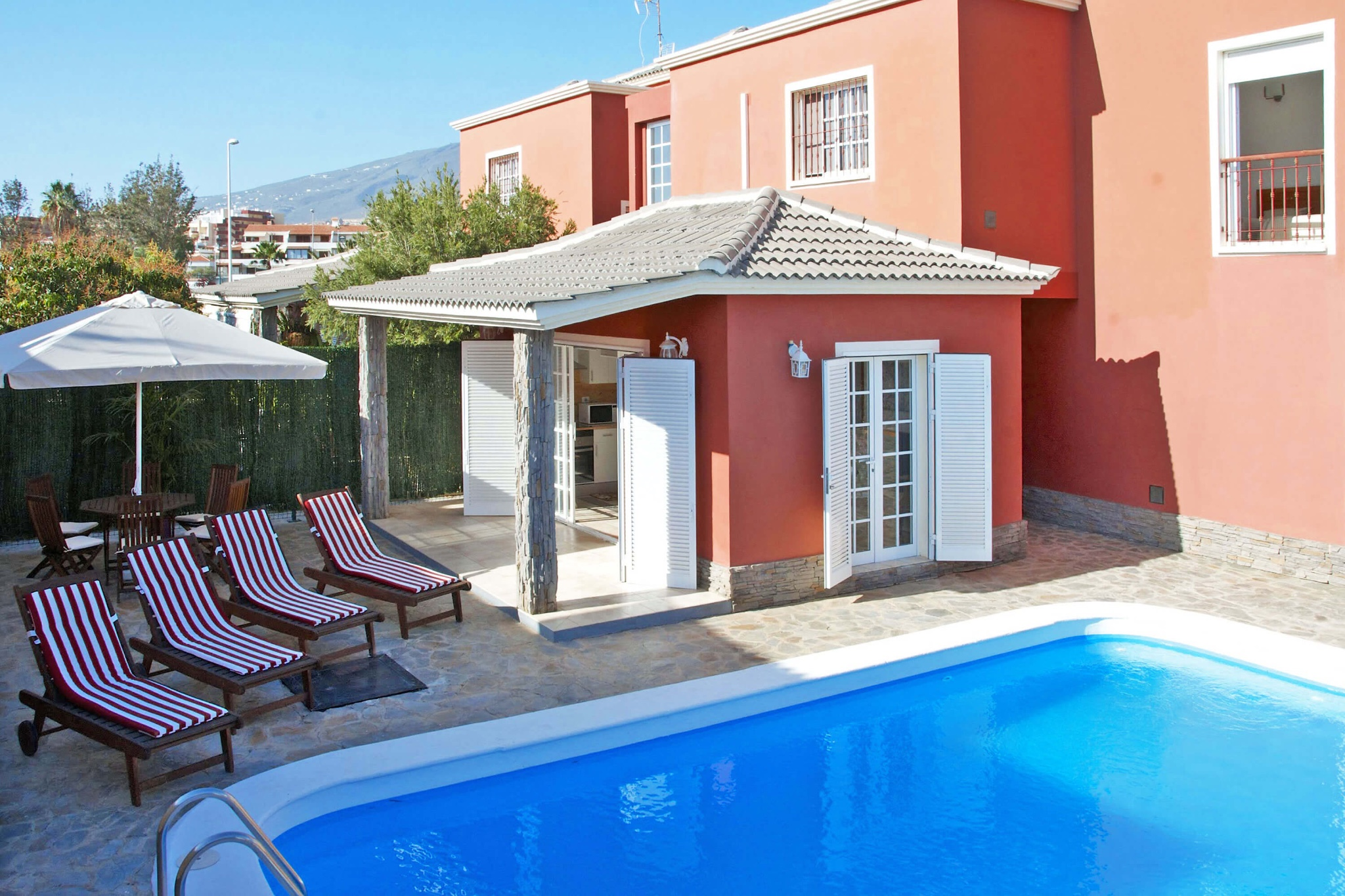 Comfortable holiday home for up to 8 personas with private pool and barbecue in a residential zone near the beach of Fañabé in Adeje