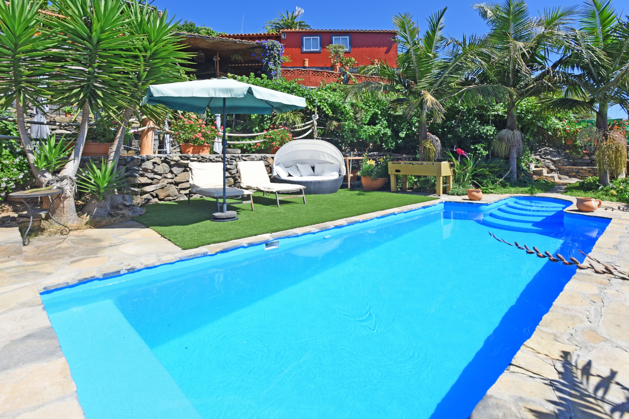 Beautiful and well equipped holiday home for four people with a large outdoor area with barbecue, numerous relaxation areas, private pool and orchard of fruit trees