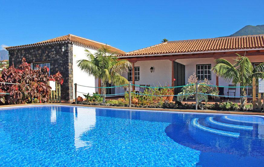 Ferielejlighed med en stor fælles pool, liggestole og overdækket terrasse, perfekt til at nyde det behagelige klima på øen