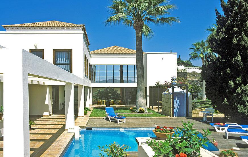 Großzügig angelegte Architektenvilla in einer Parkanlage mit Privatpool in der exklusiven Wohngegend Chayofa im Süden von Teneriffa