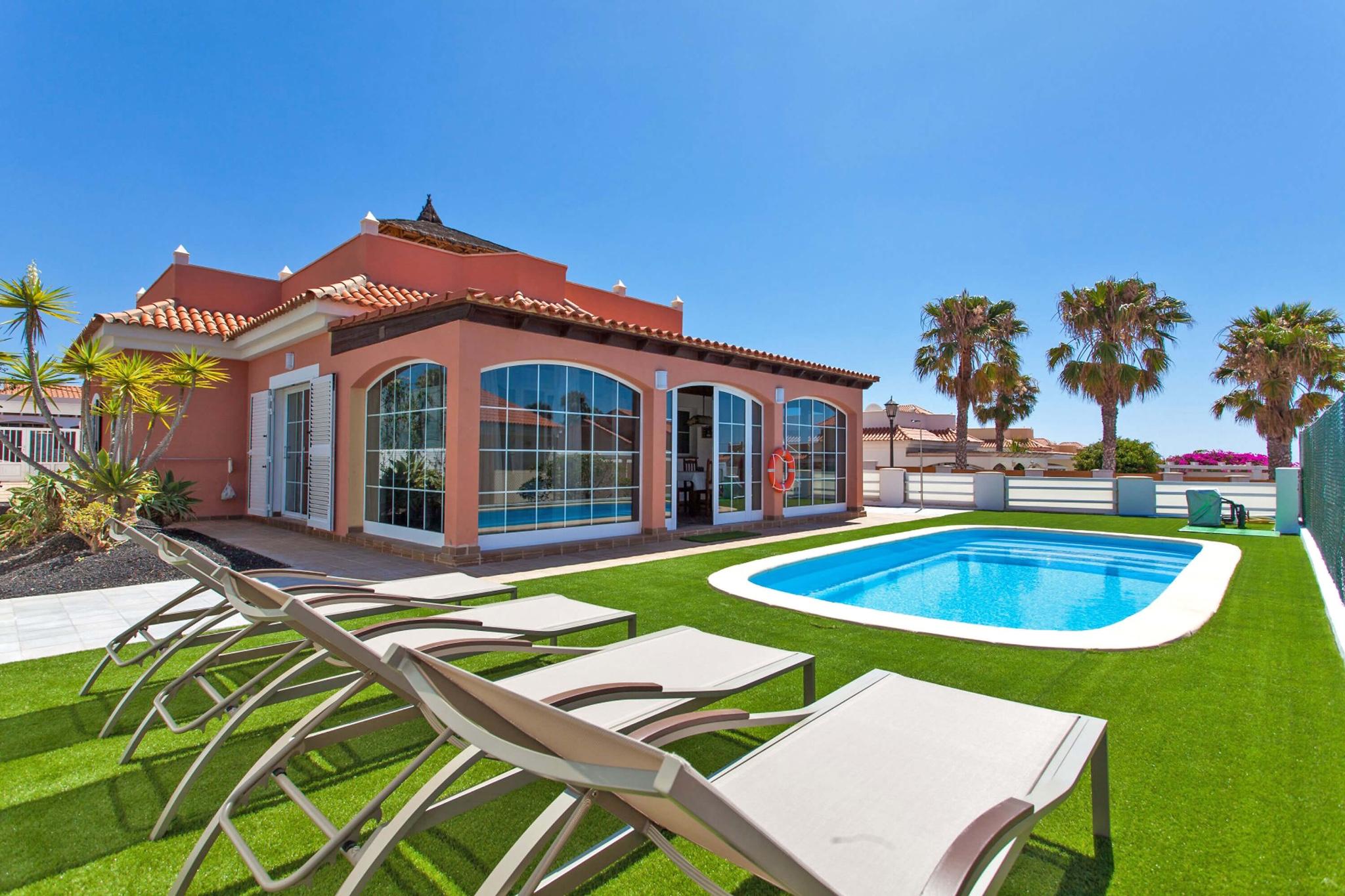 Villa con piscina privada y amplia azotea cerca del campo de golf