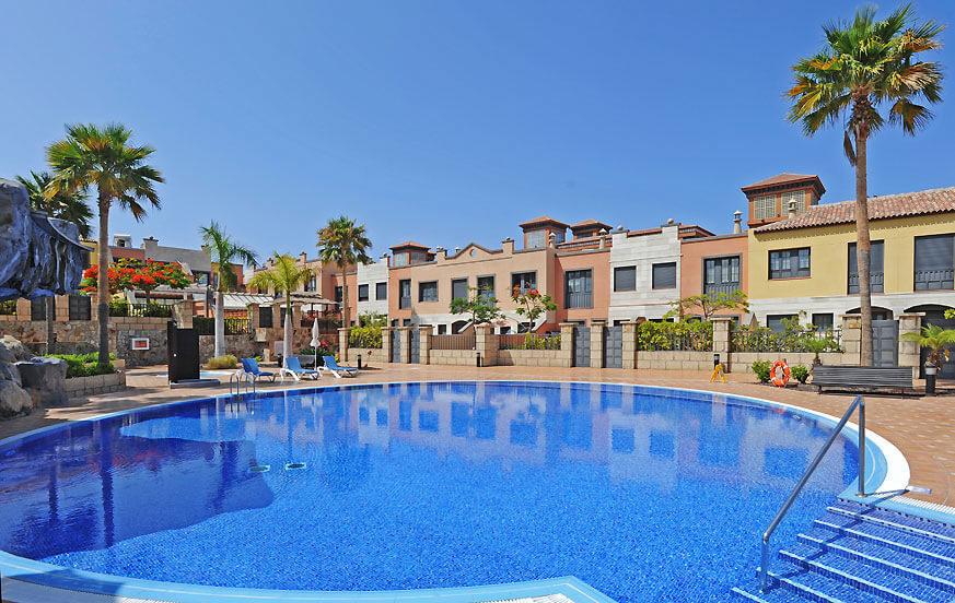 Vacker villa med gemensam pool med jacuzzi och barn i ett komplex nära stranden och med utsikt över havet