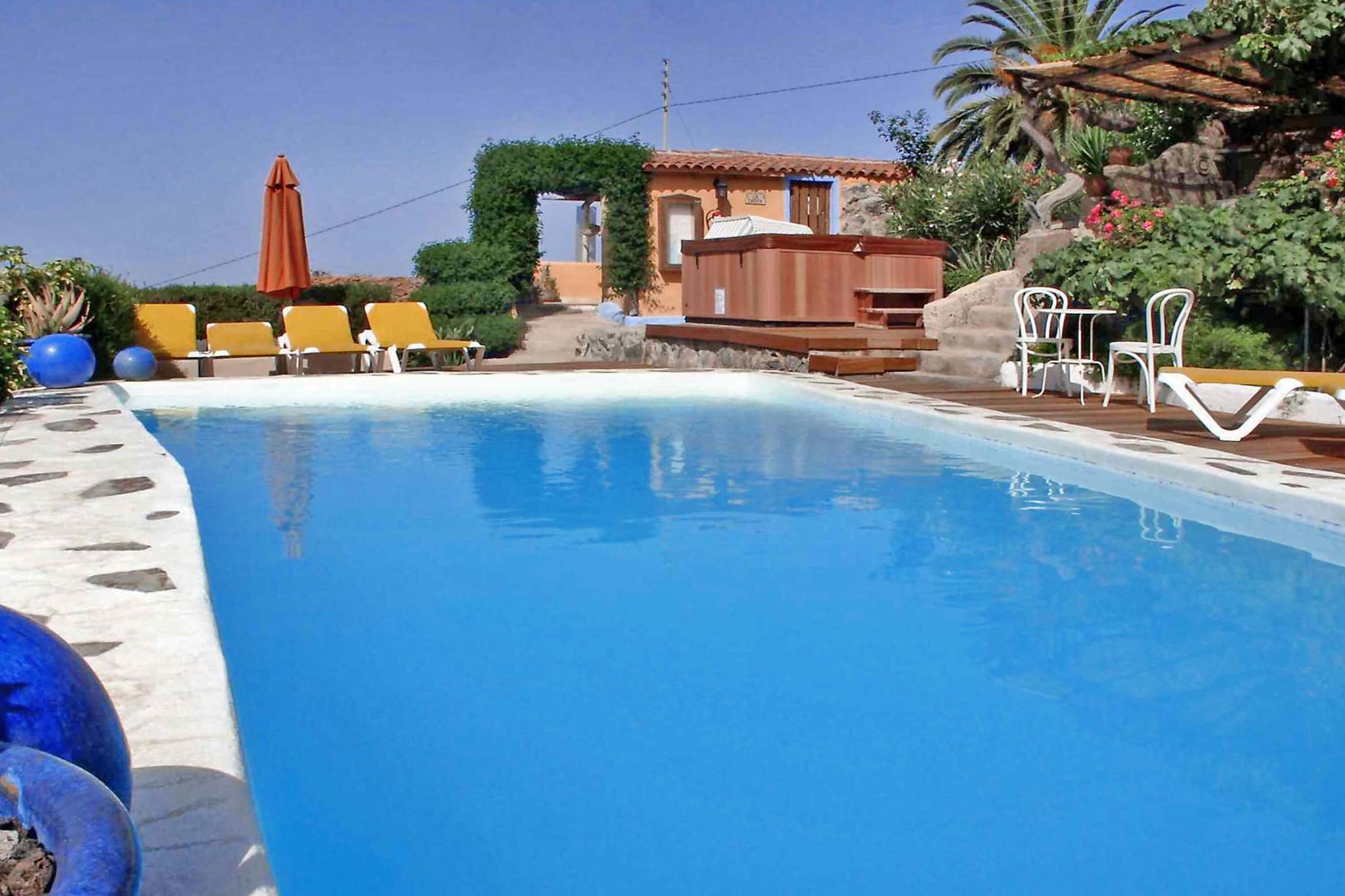 Charmerende landsted for to personer, med landlig stil på en ejendom med fælles pool og smukke haveområde