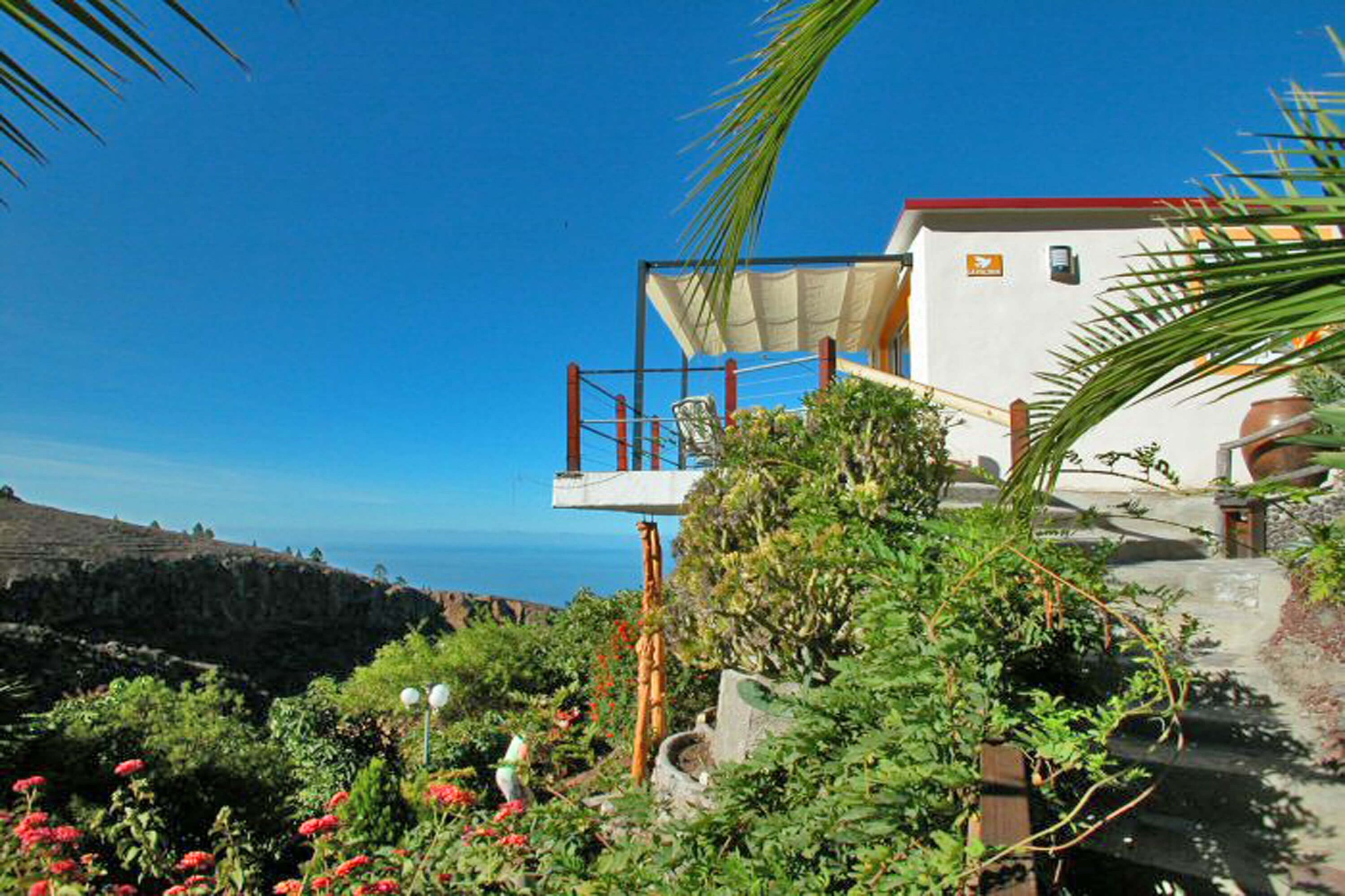 Beautiful holiday home on a finca with beautiful mountain and sea views, well-kept garden and communal pool