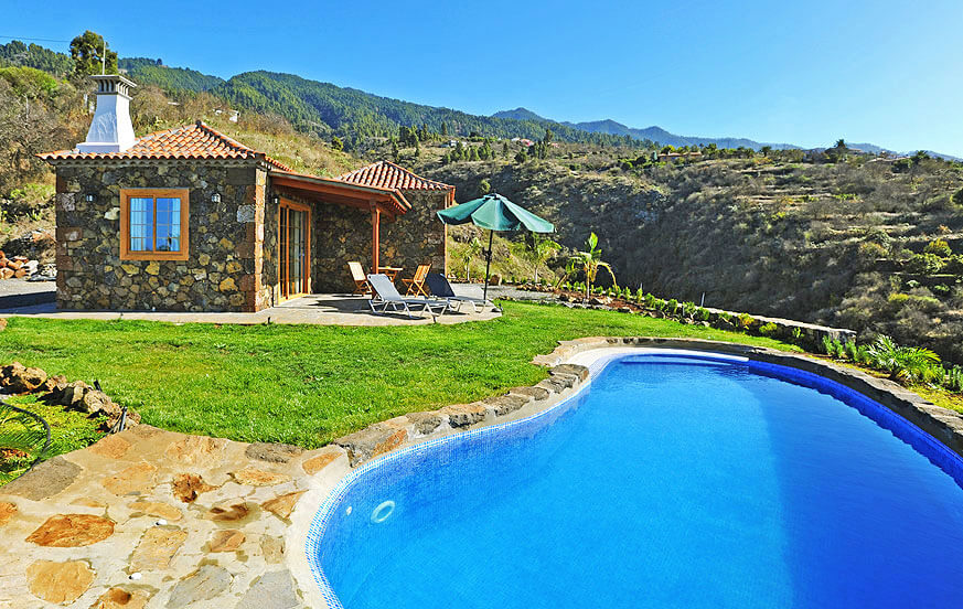 Beautiful holiday house to rent furnished with high quality materials, a private pool with in a rural location with views to the mountains and sea