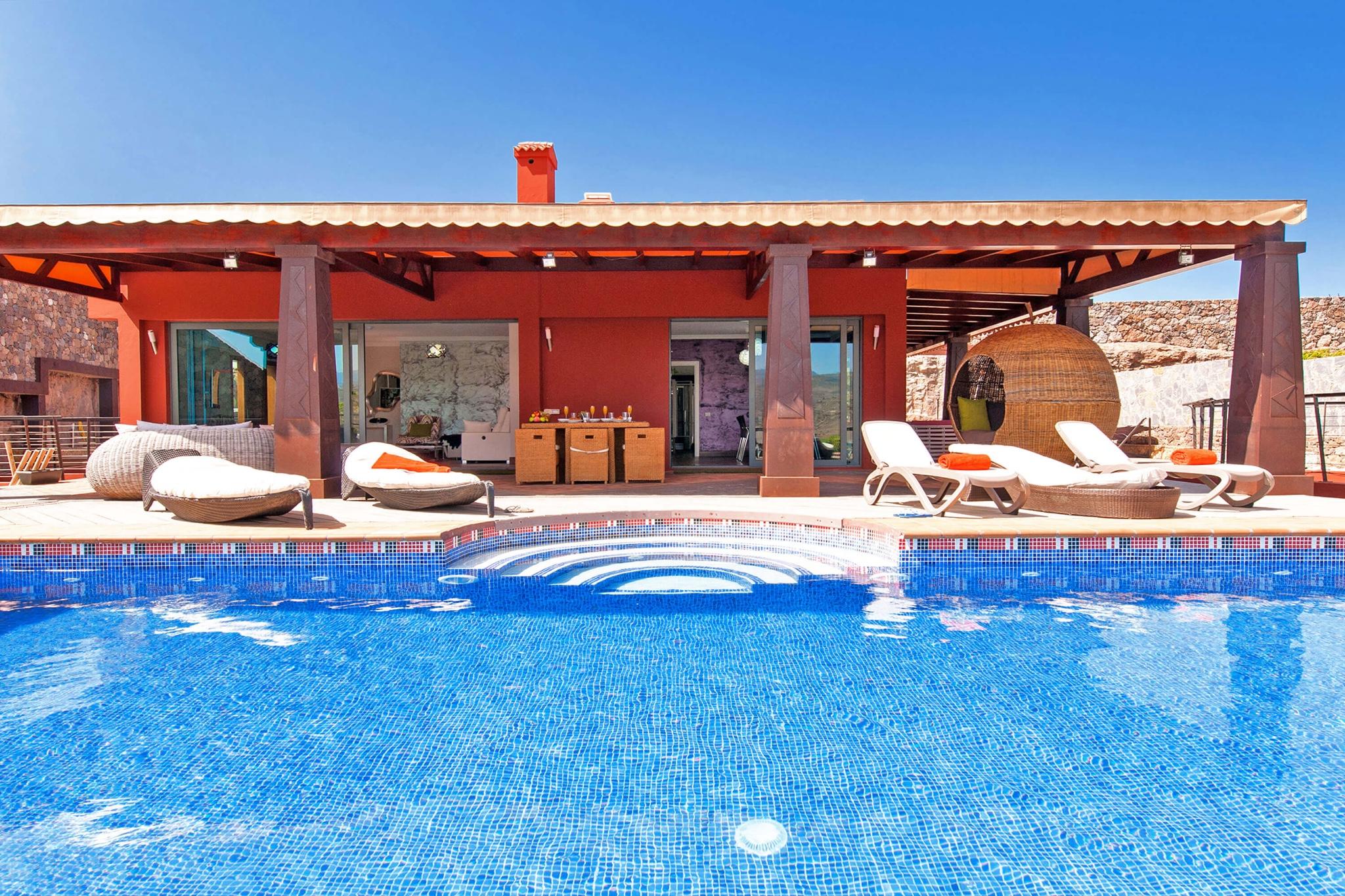 Villa de vacaciones lujosa de estilo moderno con zona exterior muy bien equipada con piscina grande y unas vistas bonitas al campo de golf de Salobre