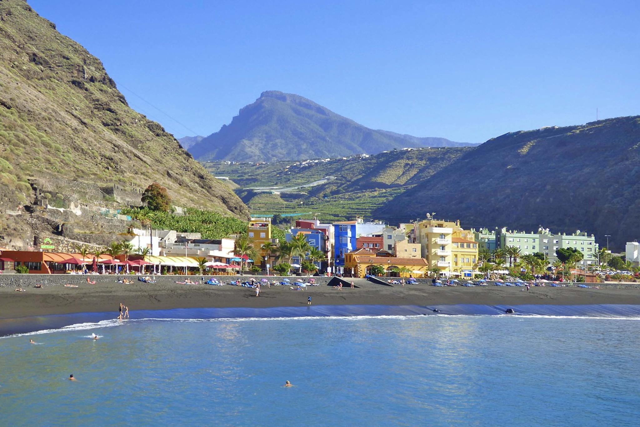 Moderni loma-asunto rannalla Tazacorten kauniilla vuoristomaisemilla La Palman saarella.