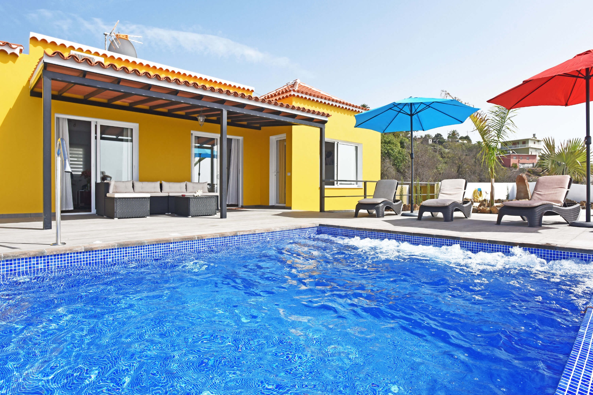 Modern charming villa with spacious pool, spectacular views and all the amenities for a relaxing holiday on the island of La Palma.