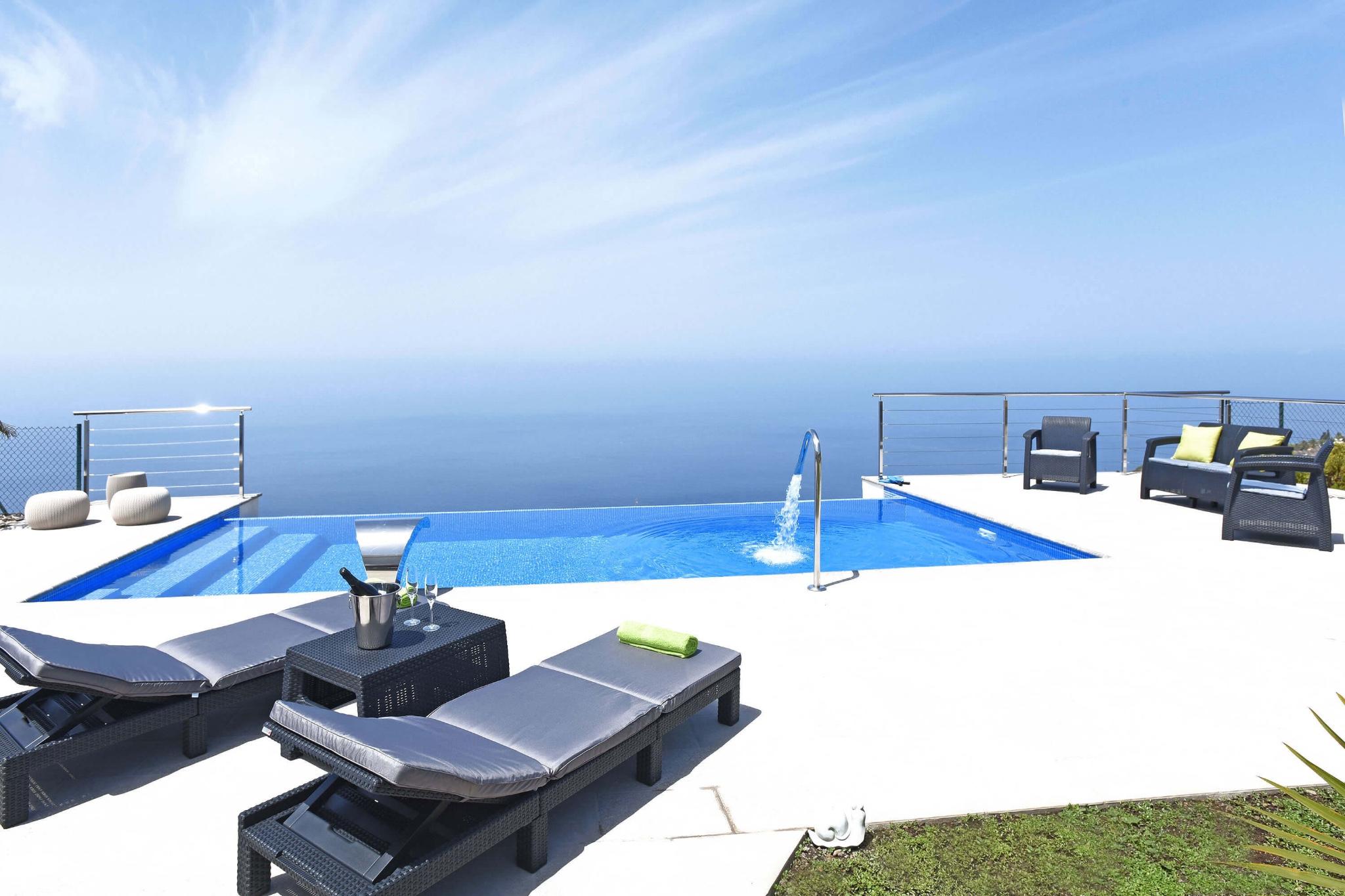 Feriehus nyrenoveret i moderne stil i det smukke område Tijarafe med stor terrasse med pool og panoramaudsigt over havet