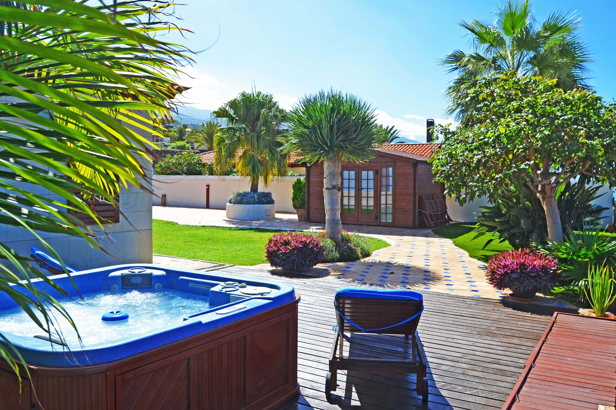 Comfortable luxury villa to rent with jacuzzi, well-kept garden and stunning sea views in the north-west of Tenerife