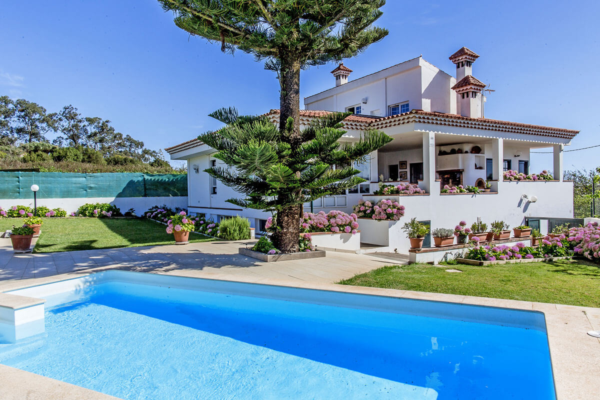 Spacious and well equipped villa with private swimming pool and a large garden in the beautiful area of Santa María de Guía