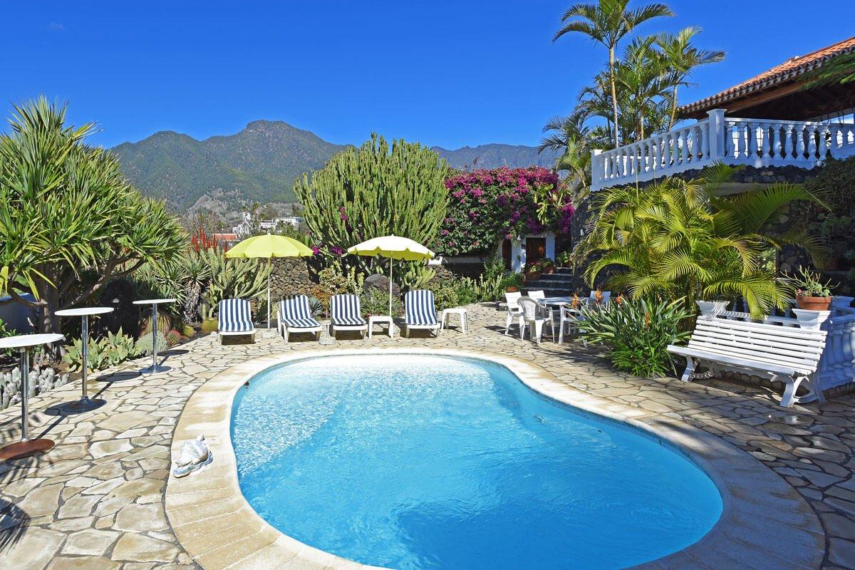Villa met 2 slaapkamers met privézwembad, een sauna en een grote buitenruimte met een bar met een drankje, een ijsblokjesmachine en een muziekinstallatie