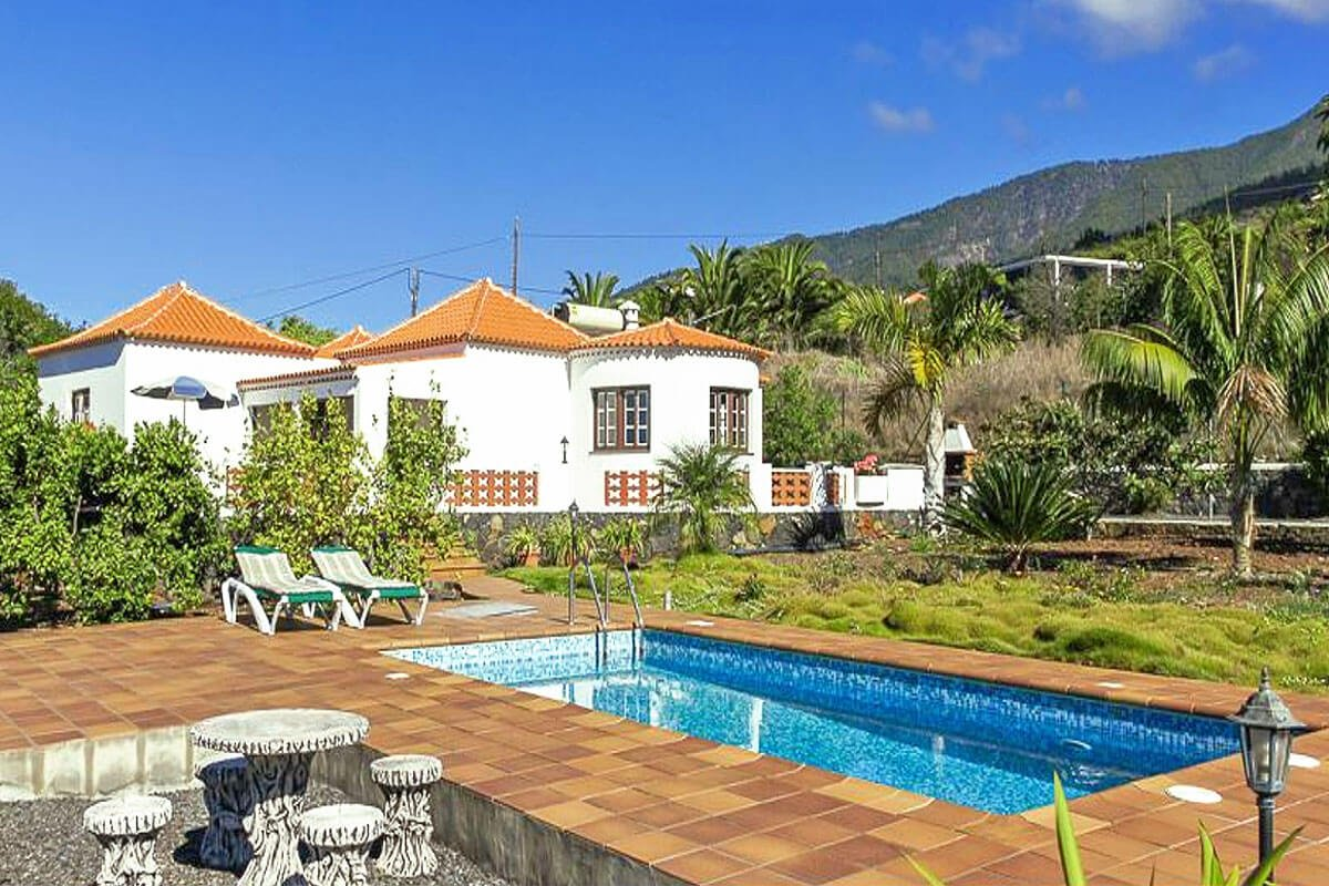Beautiful and well equipped holiday home with three bedrooms, private pool, beautiful garden and good location in the area of Tijarafe