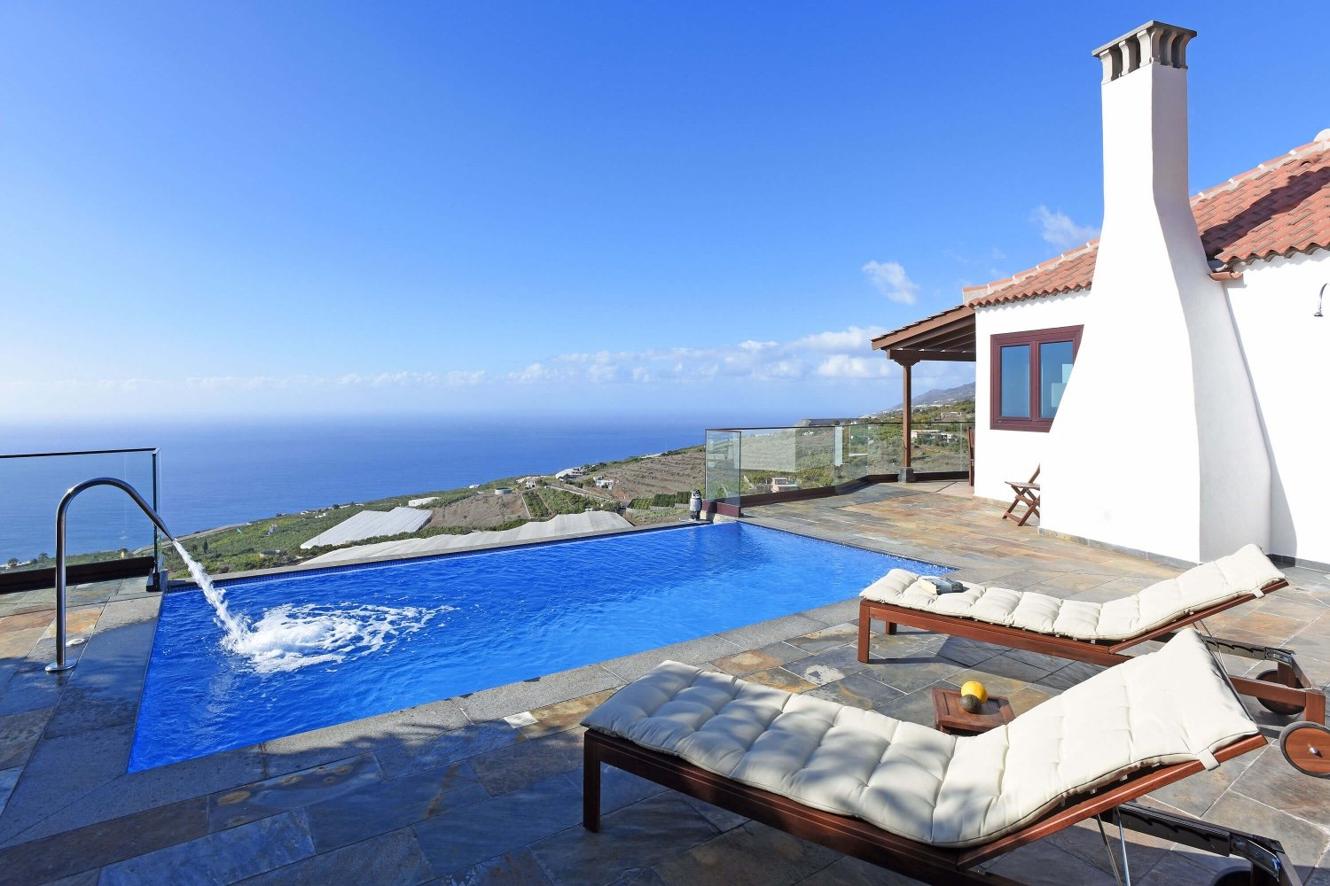 Beautiful two-storey villa with fireplace and private pool with spectacular views of the sea and the mountains