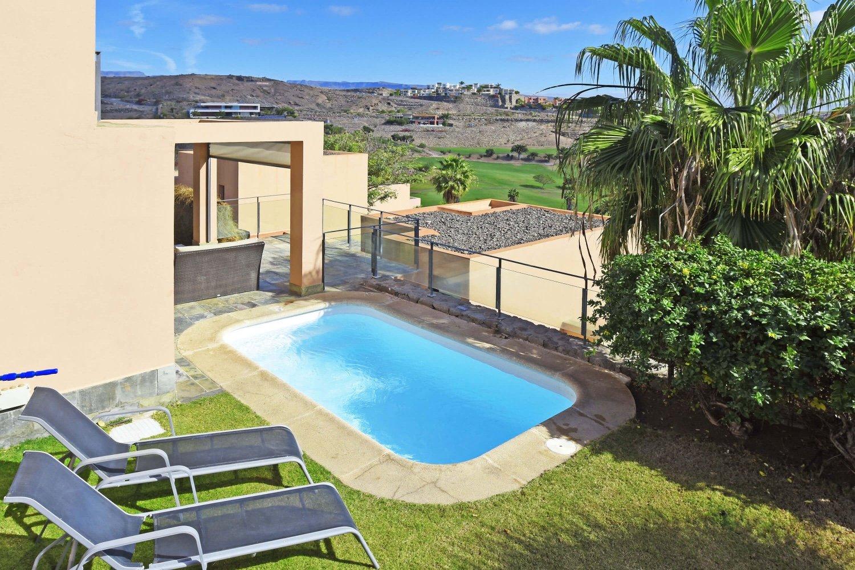 Lyst sommerhus med privat opvarmet pool og spektakulær udsigt over golfbanen, havet og bjergene
