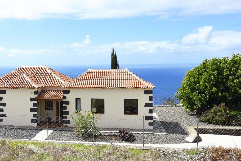 Classic-stil fritidshus i ett lantligt område med vacker utsikt över havet och bergen