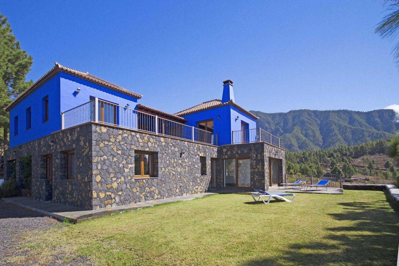 Vacker villa med hälsoavdelning med uppvärmd inomhuspool och bastu i det vackra området El Paso