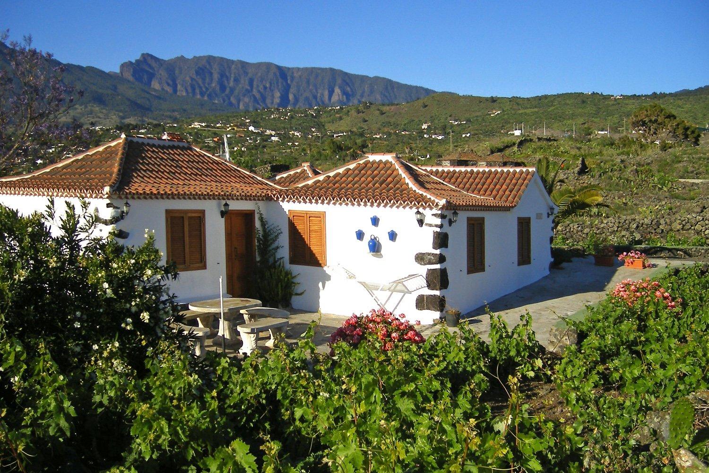 Typiskt kanariskt hus med trätak och 3 sovrum med utsikt över havet och bergen