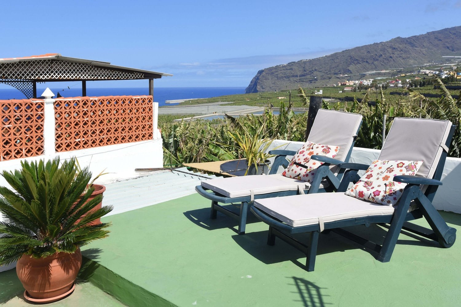 Typical rural house for 2 people with garden and nice roof terrace with wonderful views towards the sea and the mountains