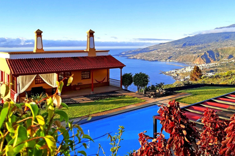 Romslig feriehus for 5 personer med spektakulær havutsikt og basseng, boblebad og grillplass i fellesskapet