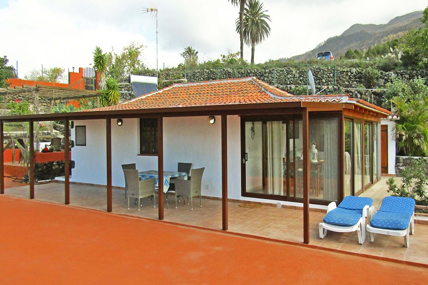 Comfortable holiday home with two bedrooms and views of the sea and the mountains from the large terrace only a few kilometers from the Cumbre Vieja Natural Park