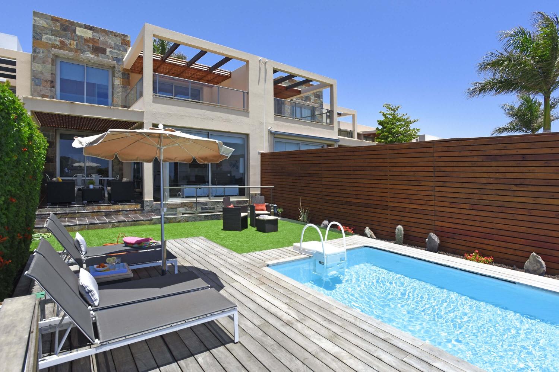 Tre våningar villa med fyra sovrum, två vackra terrasser med trädgårdsmöbler och uppvärmd privat pool